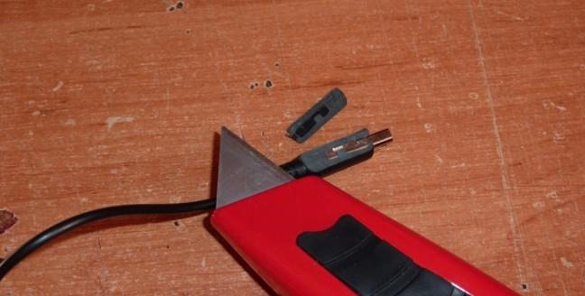 pelando el conector con el cuter